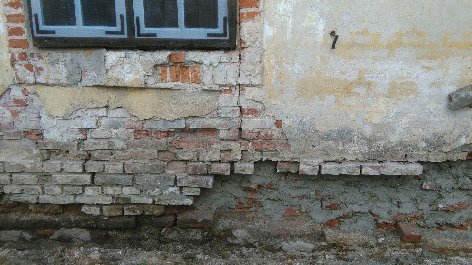 Pamatu oderējums pirms ķieģeļu mūrējuma atjaunošanas