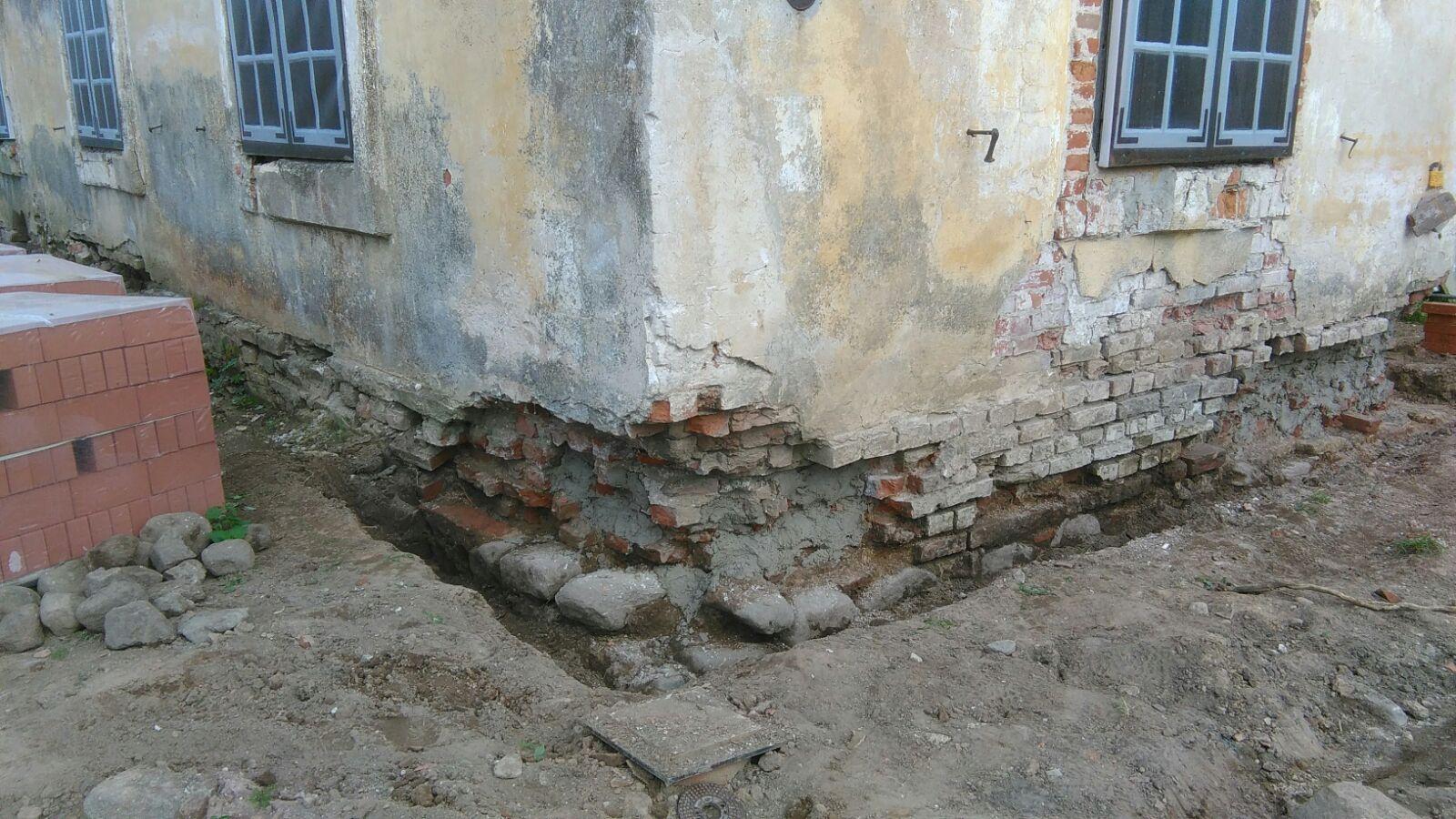 Ēkas stūris cietis no sala iedarbības. Oderējums pirms mūra atjaunošanas